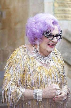 Barry Humphries in seiner Rolle als Dame Edna Average