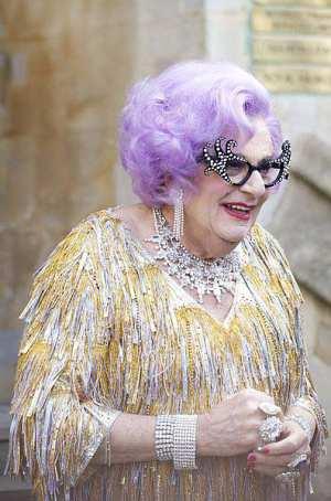 Barry Humphries in seiner Rolle als Dame Edna Average