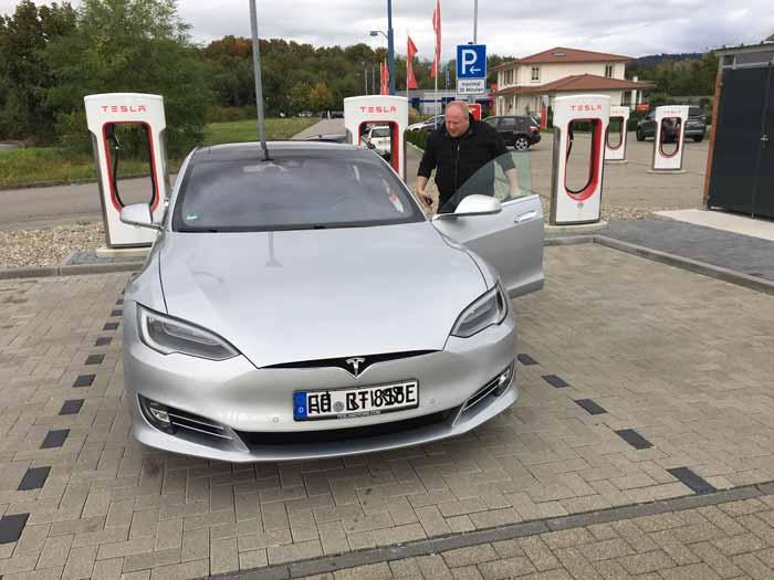 Frank Mischkowski auf Weltrekordfahrt - Tesla Supercharger