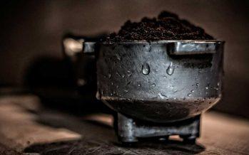 Kaffeesatz reinigt Abwasserleitungen und Abflüsse