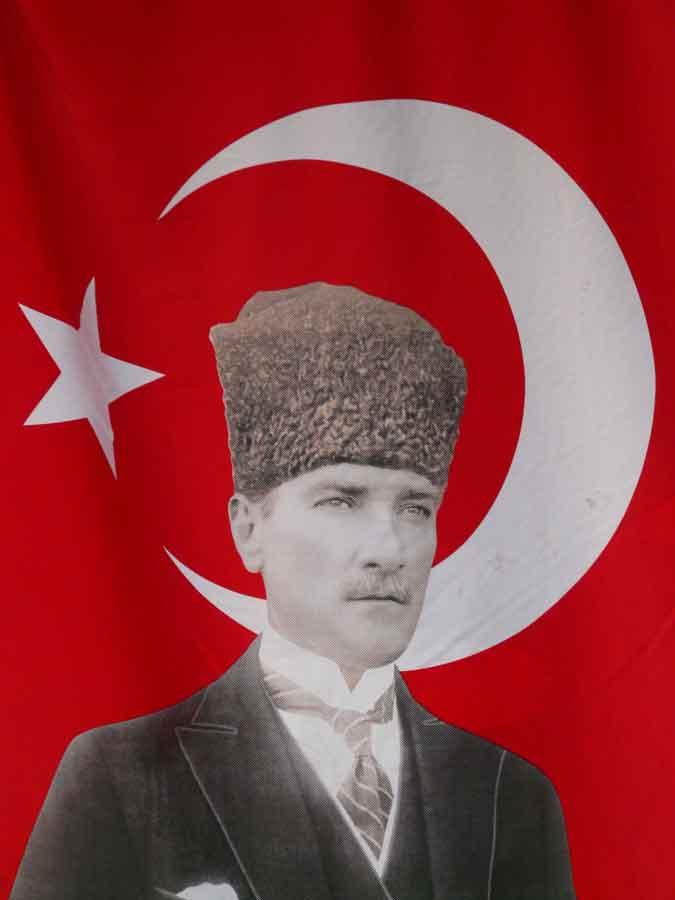 Im Grabe würde er sich umdrehen und rotieren, wie ein Dönerspieß: Mustafa Kemal Pascha Atatürk (مصطفى كمال پاش *1881 in Thessaloniki; † 10. November 1938 in Istanbul), der Begründer der Republik Türkei