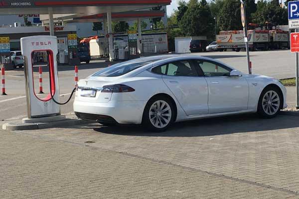 Tesla am Supercharger: 45 Minuten dauerte es, dann war er wieder voll