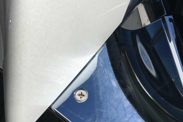 Bei deutschen Automobilbauern undenkbar: Die Spaxschraube hält den wertvollen Spiegel