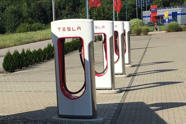 Tesla Supercharger. Von den Stationen gibt es schon über 50 in Deutschland. Immer in der Nähe: Ein Restaurant mit Essen, Trinken und Toilette. Genial: Der Strom ist ein Autoleben lang im Preis des Fahrzeugs kostenlos inbegriffen